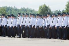 Офицеры в парадной форме одежды на авиаполе на дне открытых дверей на Стоковое Изображение RF