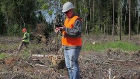 Офицеры леса в разрушенном лесе акции видеоматериалы
