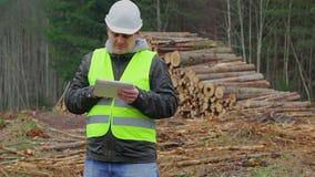 Офицеры леса говоря около куч вносят дальше лес в журнал видеоматериал