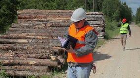 Офицеры леса с документами на дороге сток-видео
