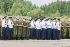 Офицеры и солдаты зааплодировали на дне открытых дверей на авиапорте m Стоковое фото RF