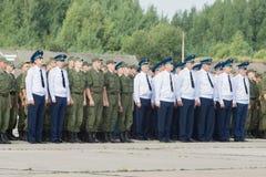 Офицеры и солдаты на авиаполе на дне открытых дверей на воздухе Стоковые Изображения
