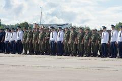 Офицеры и солдаты на авиаполе на дне открытых дверей на воздухе Стоковая Фотография