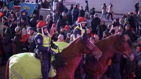 Офицеры конной полиции в традиционных красных шляпах во время праздников рождества на улицах Хельсинки, Финляндии сток-видео