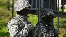 Офицеры сил специального назначения защищая задачу сток-видео
