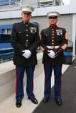 Офицеры Соединенных Штатов морские на короле Национальн Теннисе Центре Билли Джина перед развертывать американский флаг на США ра стоковое изображение rf