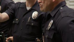 Офицеры LAPD стоя вокруг видеоматериал