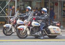 Офицеры NYPD на мотоциклах обеспечивая безопасность в Манхаттане Стоковые Фото