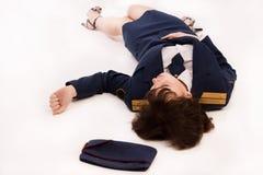 Офицер женщины лежа на поле Стоковая Фотография RF