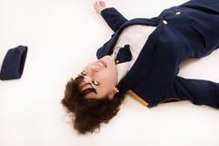 Офицер женщины лежа на поле Стоковые Фото