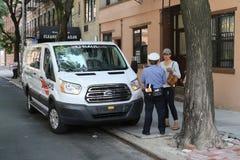 Офицер контроля над трафиком NYPD спорит с водителем о нарушении автостоянки в более низком Манхаттане стоковые изображения rf