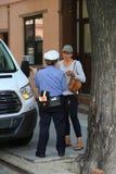 Офицер контроля над трафиком NYPD спорит с водителем о нарушении автостоянки в более низком Манхаттане стоковое изображение rf