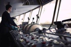Офицер навигации управляя кораблем на реке Стоковое Изображение