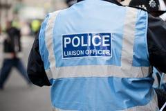 Офицер связи полиции на демонстрации протеста в центральном Лондоне, Англии стоковая фотография