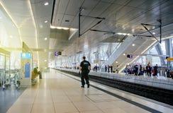 Офицер ZOLL Cutoms на платформе статина поезда в Германии Стоковое Изображение RF