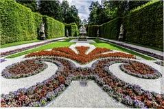 Официально сад с симметричными flowerbeds стоковые фотографии rf
