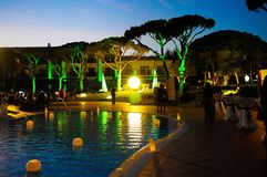 Официальныйо обед свечей бассейна, сцена ночи лета, потеха Стоковая Фотография