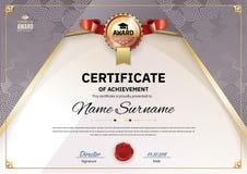 Официальный ретро сертификат с красными элементами дизайна золота Эмблема золота с красной лентой Винтажный современный пробел Стоковая Фотография RF