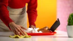 Официантка дамы обтирая таблицу, низкую оплаченную работу для беженцев, социальное обеспечение, обслуживание стоковое изображение
