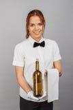 Официантка женщины с бутылкой вина Стоковое Фото