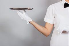 Официантка женщины с подносом в руке Стоковые Изображения RF