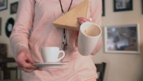 Официантка освобождает пакостные блюда от таблицы Стоковые Фото