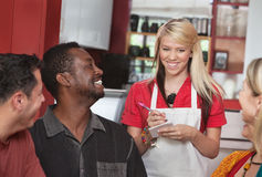 Официантка принимая заказы на кафе стоковые фото