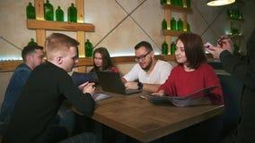 Официант в ресторане принимает заказ от группы в составе друзья видеоматериал