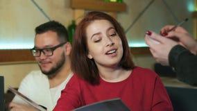 Официант в ресторане принимает заказ от группы в составе друзья сток-видео