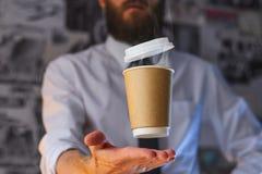 Официант и завиша чашка горячего кофе стоковые фотографии rf
