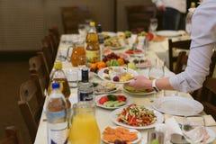 Официант носит блюда на фестиваль стоковое изображение