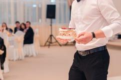Официант с десертом стоковое изображение