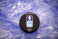 Официальная шайба хоккея на льде Стоковые Изображения