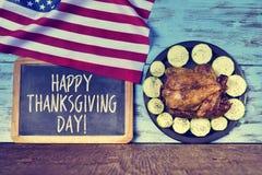 Официальный праздник в США в память первых колонистов Массачусетса текста счастливое и индюк жаркого Стоковые Изображения