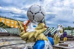 Официальный талисман кубка мира 2018 ФИФА и конфедерации ФИФА придают форму чашки волк 2017 Zabivaka на квадрате Manege в Москве Стоковое фото RF