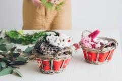 Оформитель флориста делая венок рождества Стоковое Изображение RF