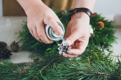 Оформитель флориста делая венок рождества Стоковые Изображения RF