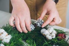 Оформитель флориста делая венок рождества Стоковая Фотография RF