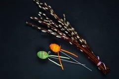 Оформление для праздников пасхи, ветви вербы и декоративных покрашенных яичек на конкретной синей предпосылке, взгляд сверху Стоковая Фотография RF