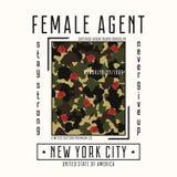 Оформление для футболки девушек с лозунгом - женская текстура агента и камуфлирования Графики моды Нью-Йорка с розовым цветком иллюстрация штока