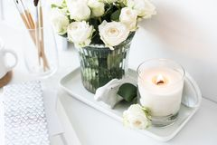 Оформление интерьера белой комнаты с гореть ручной работы свечу и bouq стоковые фото