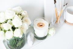 Оформление интерьера белой комнаты с гореть ручной работы свечу и bouq стоковые изображения
