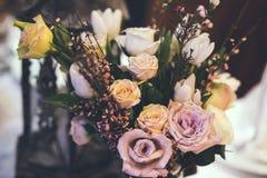Оформление и цветки на таблице Стоковое фото RF