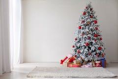 Оформление праздничных подарков Нового Года светов гирлянды рождественской елки белое домашнее стоковые фотографии rf