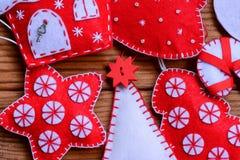 Оформление рождества войлока на деревянной предпосылке Рождественская елка войлока, звезда, украшения дома рождество предпосылки  Стоковая Фотография