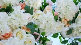 Оформление свадьбы, белый свод украшенный с розами, свадебная церемония на пляже, подготовка свадьбы для свадебной церемонии акции видеоматериалы