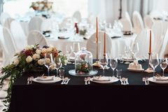 Оформление свадьбы, внутреннее празднично салаты сока виноградин плодоовощ фокуса корзины банкета предпосылки яблока померанцовые стоковое изображение rf
