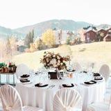 Оформление свадьбы, внутреннее празднично салаты сока виноградин плодоовощ фокуса корзины банкета предпосылки яблока померанцовые стоковое фото rf