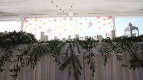 Оформление свадьбы в зале банкета сток-видео