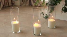 Оформление свадьбы, свечи в стеклянных склянках стоя на поле сток-видео